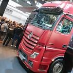 40 tonnás közúti űrhajó: csupakijelzős új Mercedes kamionba pattantunk