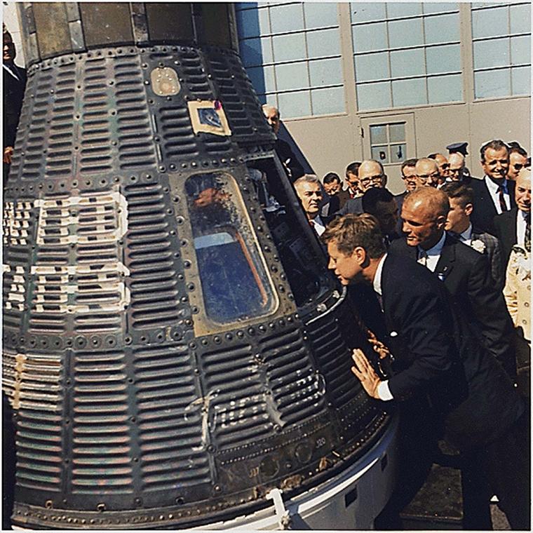 1962.02.23. - Cape Canaveral: hhárom nappal John Glenn űrhajós történelmi repülése után az ''S'' hangárban Kennedy a Mercury kapszulát vizsgálja - Mercury-Atlas 6 - John F. Kennedy, John Fitzgerald Kennedy