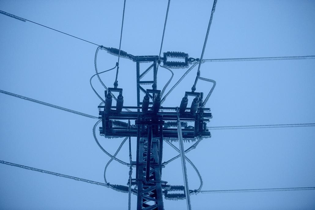 mti. ónos eső, jegesedés, tél 2014, 2014.12.02. Nógrád megye, Salgótarján, Eljegesedett elektromos vezetékek Salgótarján Rónabánya városrészében 2014. december 3-án. A településrészen december 1-je estétől - egy órát kivéve - nincs áramszolgáltatás.