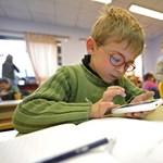 Elfelejthetjük a tankönyveket, minden magyar gyerek tablettel mehet majd iskolába