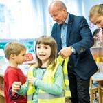 Kapaszkodjon: nem politikai pedofília, ha gyerekkel kampányol a politikus