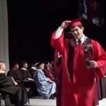Ez a videó terjed a YouTube-on: hatalmas baki a diplomaosztón