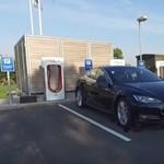 A Tesla kitalálta, hogyan lehet 15 perc alatt ismét 100 százalékos akkumulátor a kocsiban