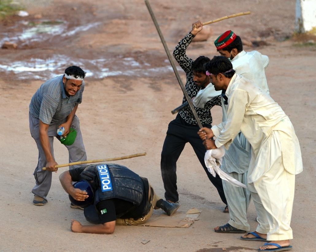 afp. hét képei - pakisztán, rendőrverés, 2014.09.01.