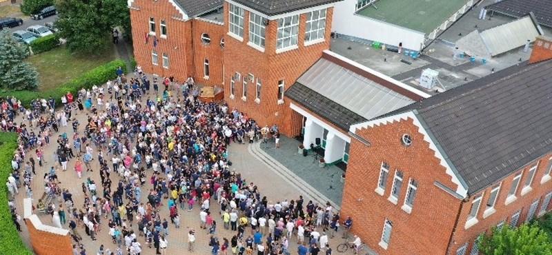 """""""Támadás az iskola ellen"""" - a püspök nem először távolított el egy iskolaigazgatót megalázó módon"""