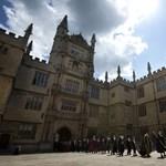 Akik Oxfordig fogják a fiatalok kezét