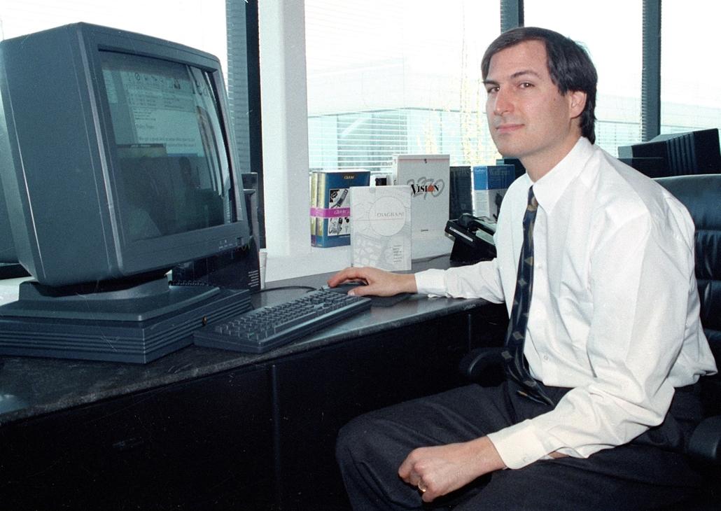 1991. április 4. - Steve Jobs a NeXT station színes képernyője előtt a Redwood-i NeXt központjában. - Steve Jobs évforduló -nagyítás