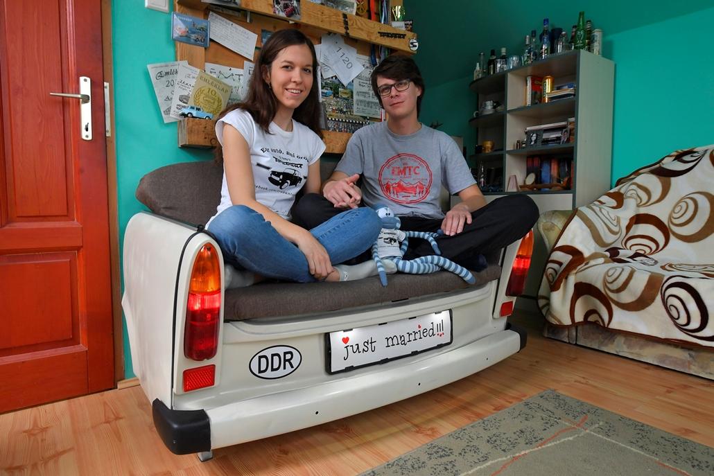 mti.17.11.04. - Mátó Zoltán és felesége, Mátóné Tonhajzer Arabella egy Trabant csomagtartójából kialakított kanapén ül tiszaújvárosi otthonukban
