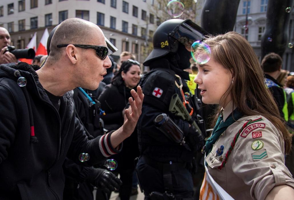 ne használd május 14 után!!!! mti.17.05.01. Lucie Myslikova, a 16 éves cseh cserkészlány és egy szélsőjobboldali tüntető vitatkozik a Brno belvárosában tartott tüntetésen 2017. május 1-én. 150 szélsőséges vonult fel a belvárosban, de az ellentüntetők nagy