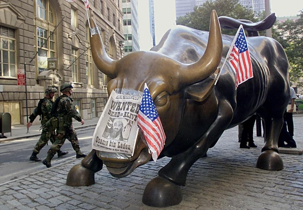 afp.01.09.19. Katonák sétálnak el egy plakát előtt, mellyel Osama bin Ladent keresik, szeptember 19-én.
