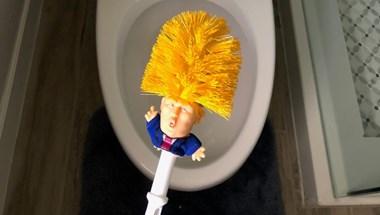 Eddig nem tudta, mi hiányzott a fürdőjéből: a Donald Trump-vécékefe