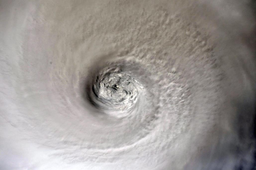 Nagyítás Dorian hurrikán Az amerikai Országos Repülésügyi és Űrkutatási Hivatal, a NASA által közreadott, a Föld körül keringő Nemzetközi Űrállomáson szolgálatot teljesítő Christina Koch amerikai űrhajós felvétele a Dorian névre keresztelt trópusi viharró