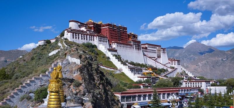 A koronavírus miatt lezárták a dalai láma igazi otthonát, de virtuálisan 920 ezren néztek be