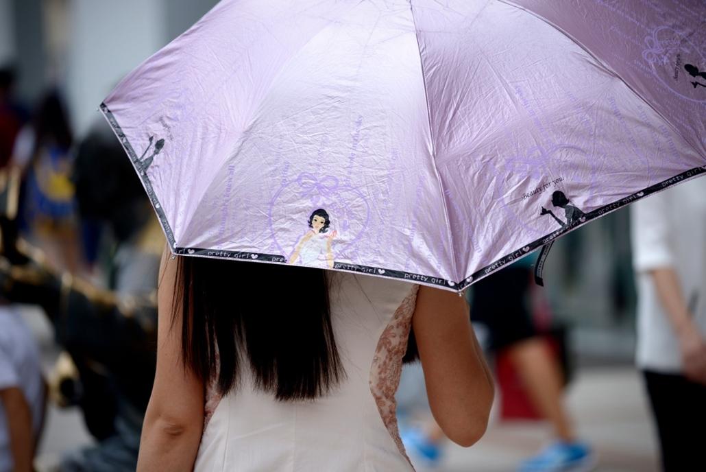 afp. nagyításhoz - esernyő - eső, időjárás, zivatar, vihar, Peking, Kína, 2014.07.15.