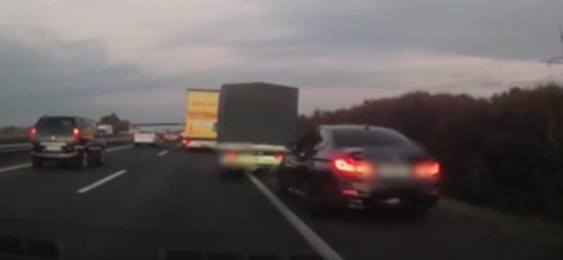 Szabálytalankodó és leckéztetője rémületes csörtéjét vették videóra az M3-ason
