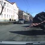 Óriáskátyú ejtette foglyul a türelmetlen sofőr autóját - videó