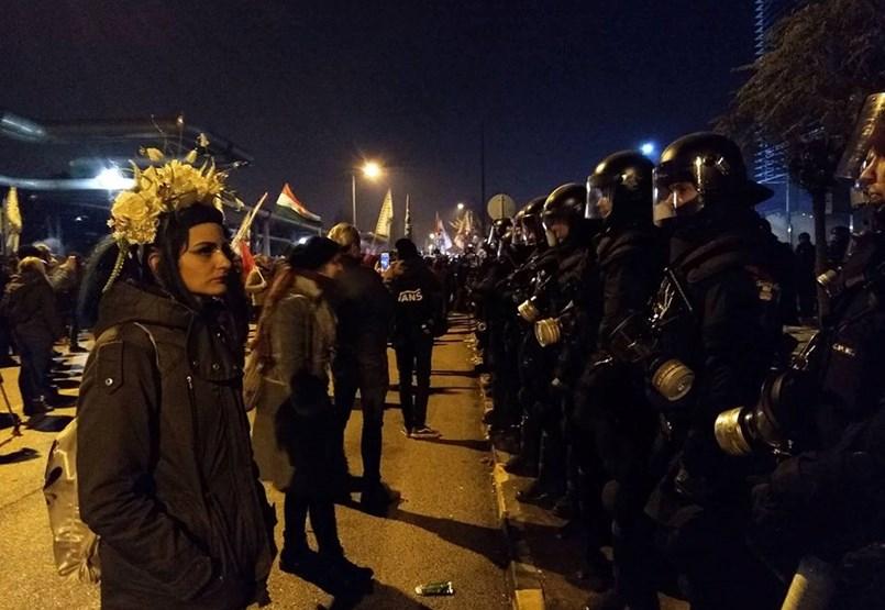 """Folyamatosan érkeznek a rendőrök a köztévéhez, a tömeg """"bemenne"""" - ÉLŐ"""