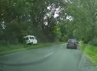 Videó: Simán elment három autós is a fának csapódott kisbusz mellett