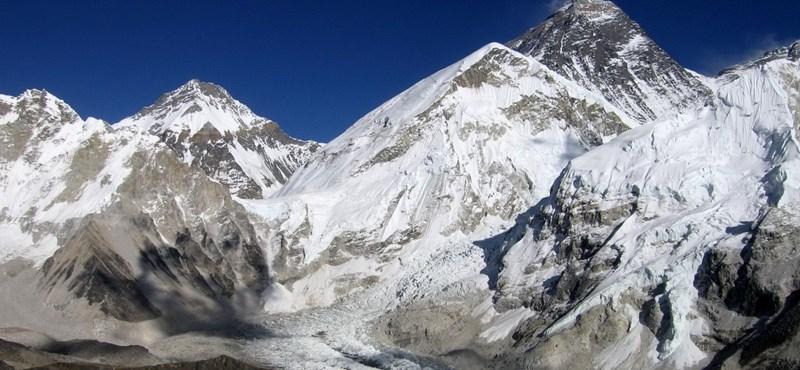 Mindkét lábát elveszítette, mégis megmászta egy kínai férfi a világ legmagasabb csúcsát