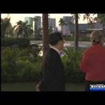 Videó: ágyékkötős férfi szaladt el Hillary Clinton mögött