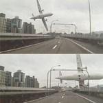 Sokkoló látványt nyújtott a folyóba csapódott gép Tajvanon – fotók, videó
