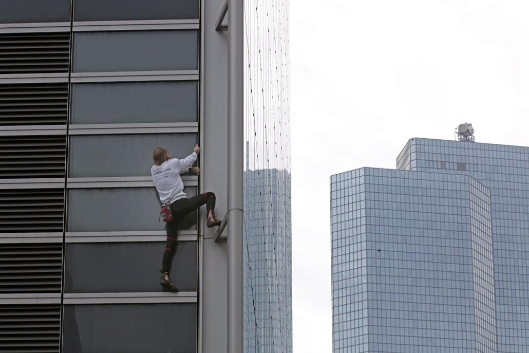 """AP! okt.17-ig! - Mászóakrobata Franciaországban - A """"pókemberként"""" közismert francia Alain Robert biztosítókötél és -háló nélkül mászik a 185 méter magas GDF Suez tornyon Párizs Courbevoie nevű elővárosának La Défense üzleti negyedében"""