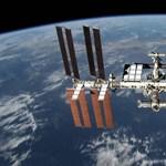 Mikrometeor csapódott a Nemzetközi Űrállomásba, lett egy lyuk rajta