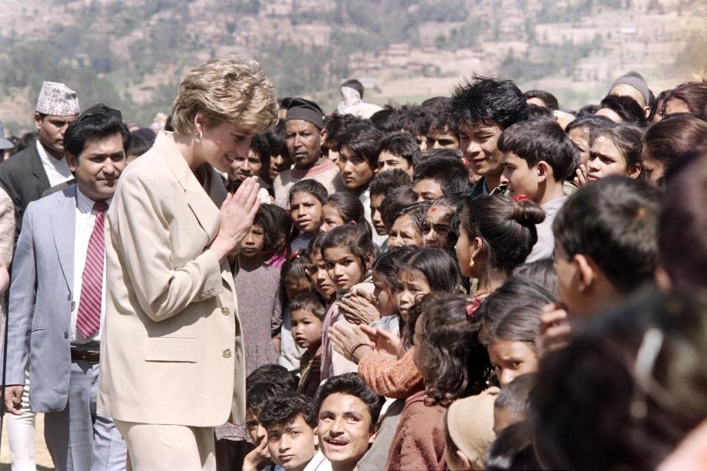 afp.93.03.05. - Panauti, Nepál: Diana hercegnő a nepáli Panauti városában 1993 márciusában a Vöröskereszt egyik misszióján.