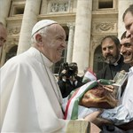 Magyar sonkát kapott Ferenc pápa és láthatóan nagyon örült neki