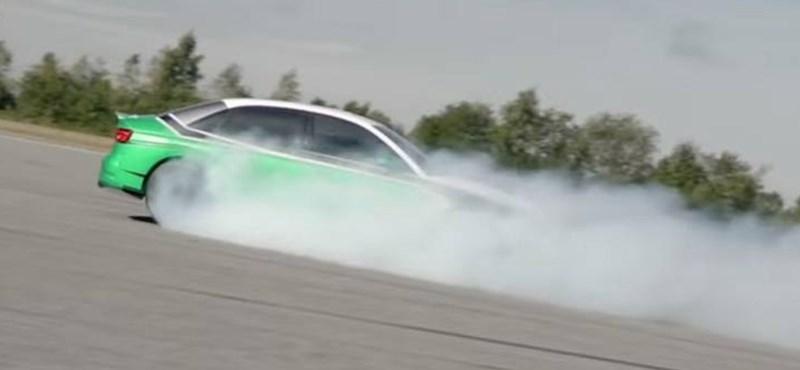 210 km/h-val tolatva: egy villanyautó ezúttal így gyorsulta le a Porsche 911-et – videó