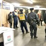 Szippantóskocsi után most rendőrsorfallal szívatták az Együtt aláírásgyűjtőit