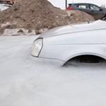 Csúnya fagyhalál - a kerekek tetejéig és a váltógombig jégbe fagyott egy Lada