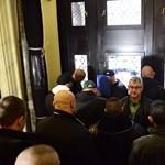 Taxitársaságok háborújában vetették be a Nemzeti Választási Irodánál akciózó kopaszokat