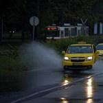 Taxisok zárják le délben az Alkotmány utcát