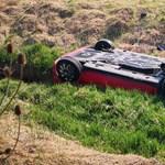 Út menti patakba fordult autójával egy nő, perceken múlt, hogy nem fulladt meg a kocsiban