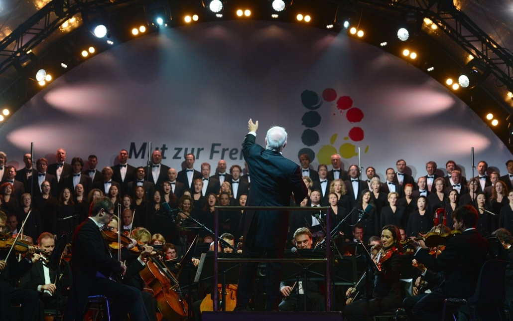 afp. Berlini fal leomlásA 25 éve 2014.11.09.Argentinian-born pianist and condutor Daniel Barenboim performs with Staatskapelle during a Street Party organized by German government to mark the 25th anniversary of the fall of the Berlin Wall, in front of th