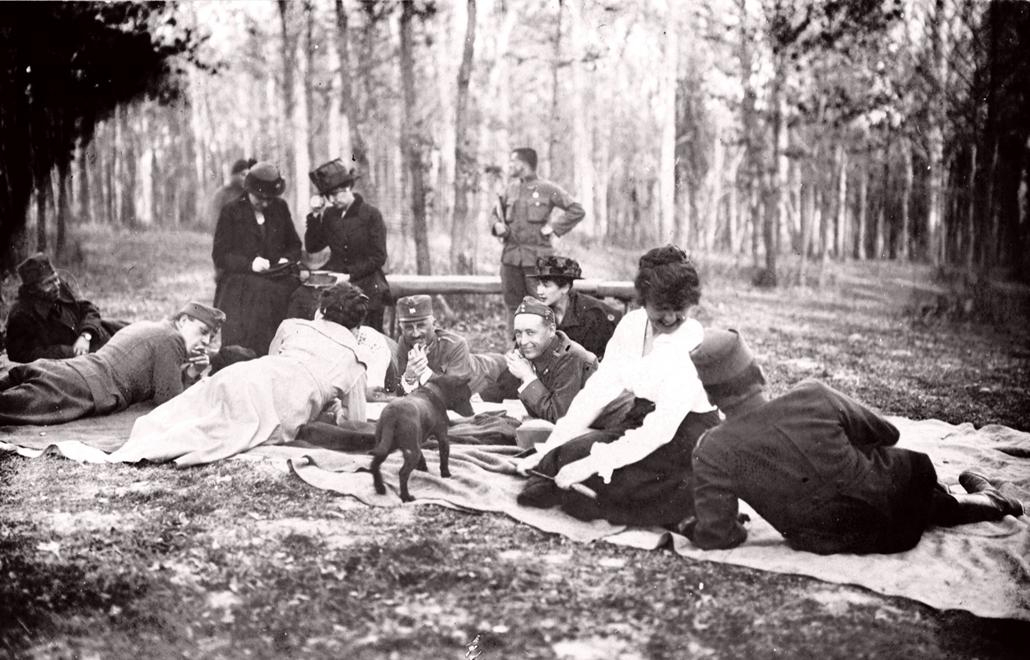 NE használd_! - Magyar fotográfusok háborús képei 100 éve és ma - nagyítás - Katonák hölgyek társaságában - 1918.