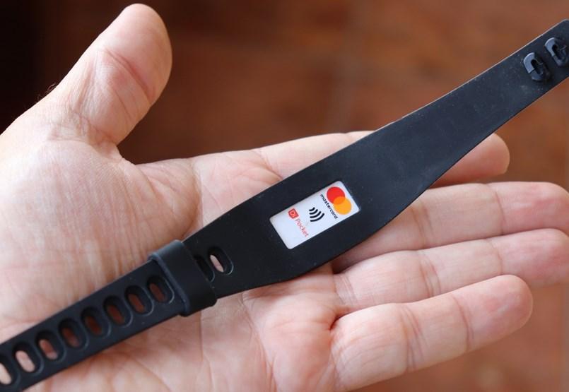 Úgy is fizethet a boltban kártyával, hogy nincs önnél a bankkártyája – kipróbáltuk a csuklós megoldást