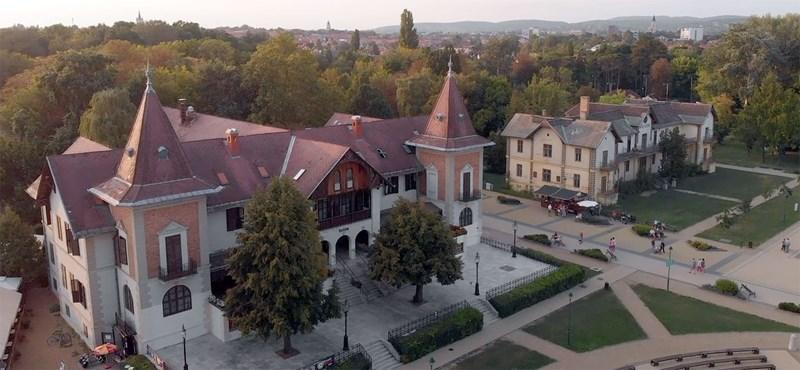 Drónvideón nézheti meg Orbán Viktor vejének kastélyát és egyéb finomságait