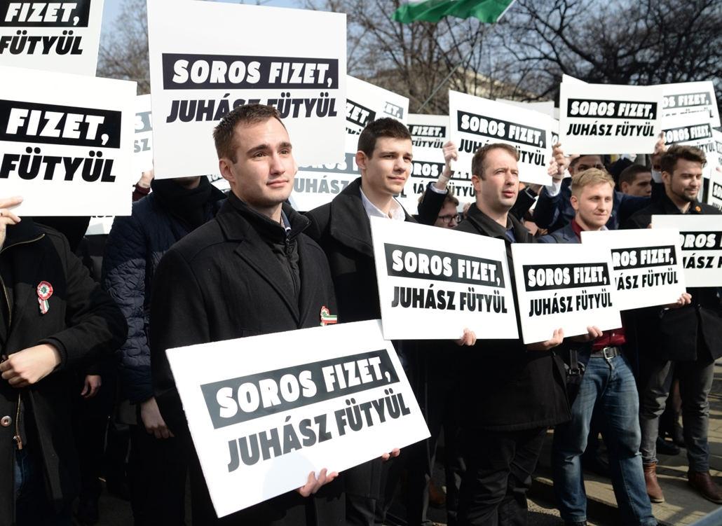 bm.17.03.15. Tüntetés az Astorián, Orbán Viktor beszéde alatt. síp,Juhász Péter,fütty,március15,17március15, Soros