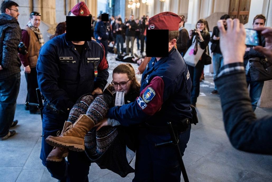 sa. kitakart rendőr, rendőr kitakarás - Marcius 14-en unnepelyesen atadtak a Pesti Vigadot.2014.03.14. Az MMA epulete elott este demonstraciot tartottak, ahonnan a tuntetoket rendorok vittek el. 2014.03.14.