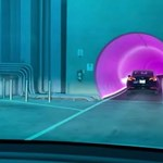 190 km/h-val száguldoznak már a Teslák Elon Musk neonfényes alagútjában – videó