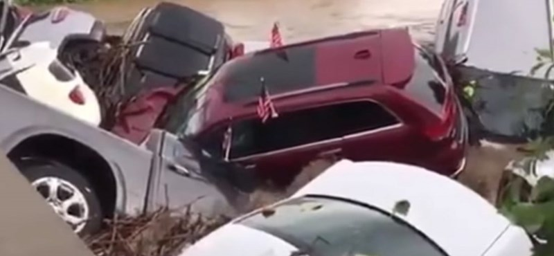 Videó: Mint apró kavicsokat, úgy sodorta el az áradás egy autókereskedés készletét