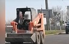 10 év körüli gyermek vezethetett forgalomban egy bobcatet Dabason – videó
