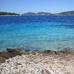Ezért tűntek el a napágyak és napernyők a horvát tengerpartokról