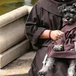 Kolostorba vonult egy kutya, szerzetesi ruhát is kapott
