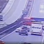 Videón a hétfői kamionbaleset, amikor a jármű bebicskázik az M1-esen