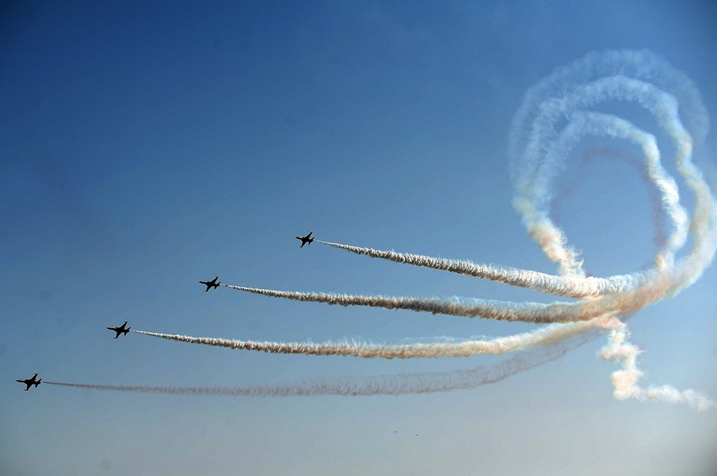 afp. hét képei - Canakkale, Törökország, 2015.03.18. Turkish Stars aerobatic team fly their Northrop F-5 Freedom Fighters, on March 18, 2015 in the northwestern province of Canakkale, during a ceremony marking the 100th anniversary of Gallipoli Victory Da