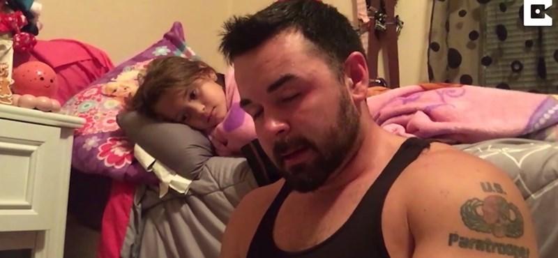 Sosem hagyja ki a meseolvasást a dadogással küszködő apa – megható videó