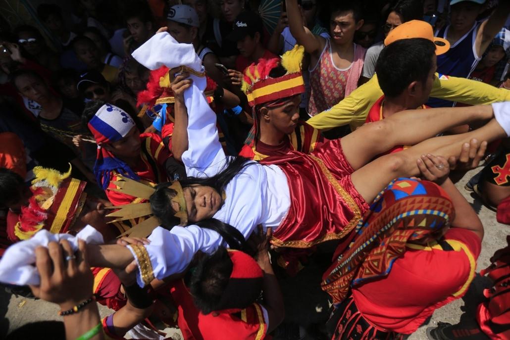 epa.16.03.25. - Paombong, Fülöp-szigetek: A magát tizenharmadik alkalommal felszögeztető Fülöp-szigeteki Precy Valencia leemelése a keresztről a Manilától északra fekvő Bulacan tartománybeli Paombongban - húsvét, nagyítás